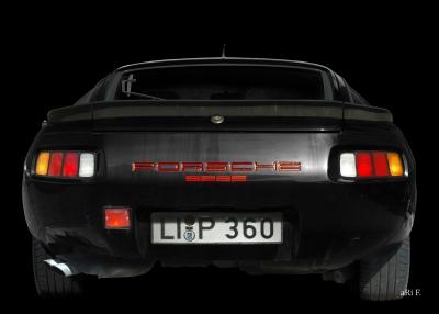 Porsche 928S in black
