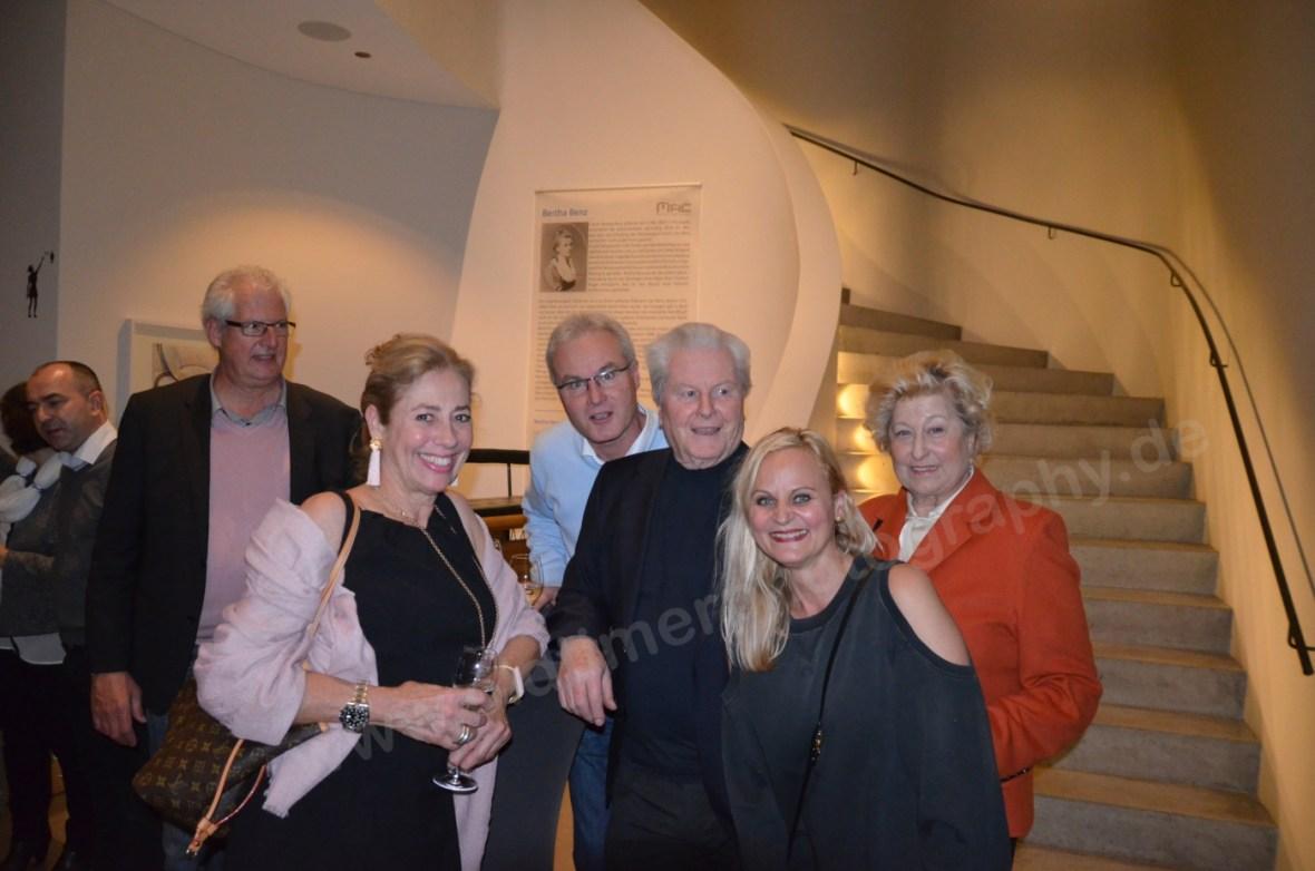 Künstlerin Nina Nolte links mit Rechts steht die Galeristin Eva Wild (Galerie Wild, Zürich) mit Familie.
