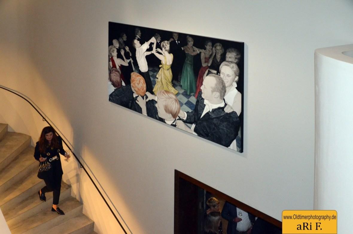 Nina Nolte mit einem Kunstwerk im MAC Foyer
