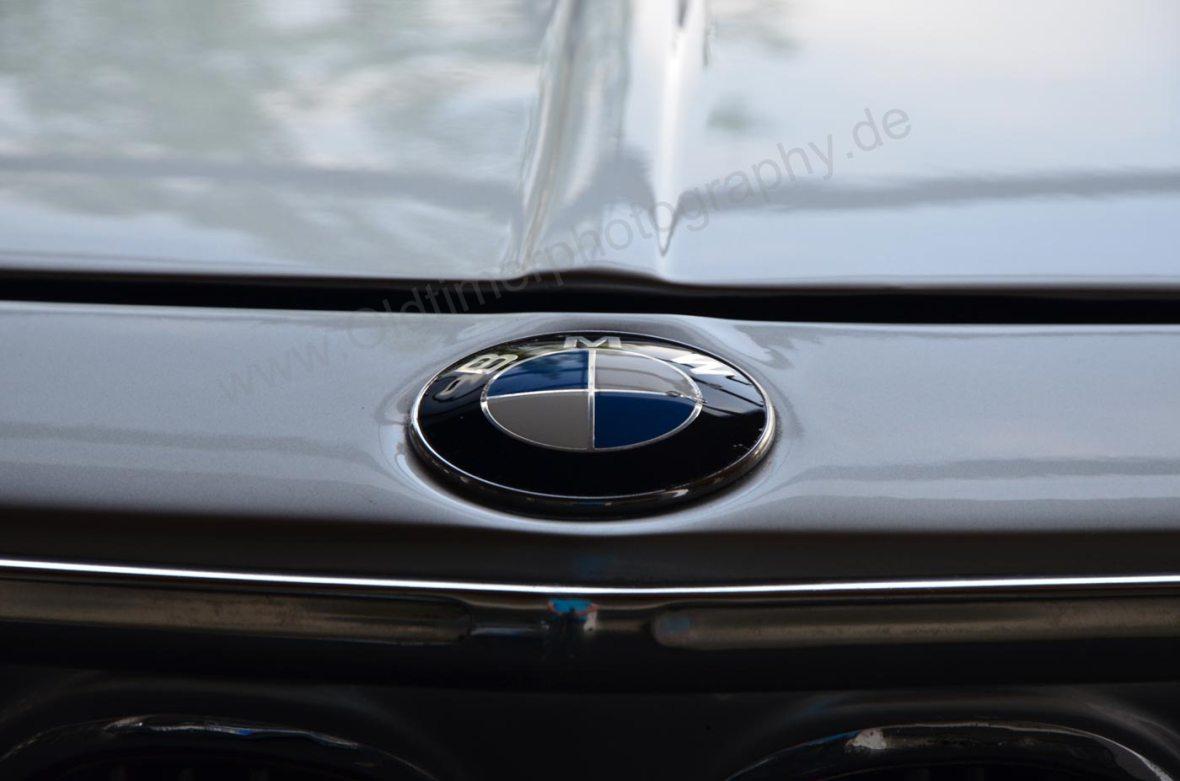 BMW 2000 CA mi Logo vorne auf Motorhaube