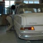 Mercedes-Benz W 110 200 D Heckansicht mit teils orangefarbenen Heckleuchten