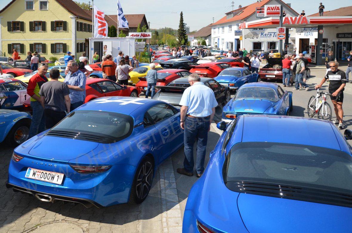 Die Straße ist nun voll geparkt mit Alpines aller Jahrgänge, Typen und Modelle