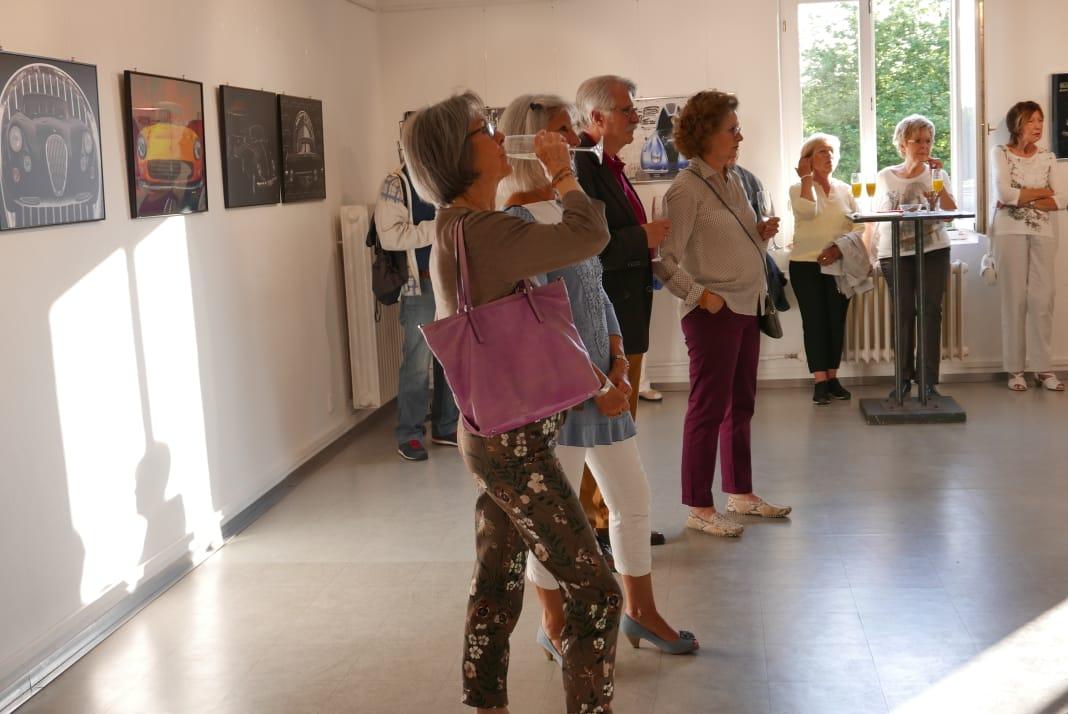 Zahlreiche Besucher während der Vernissage die sehr gerne munter fotografieren durften