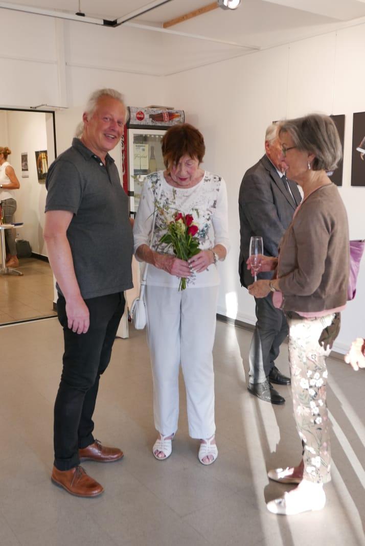 Die Verantwortliche der Galerie Plattform 3/3 bekam ein kleines Blumenbouqet von mir überreicht