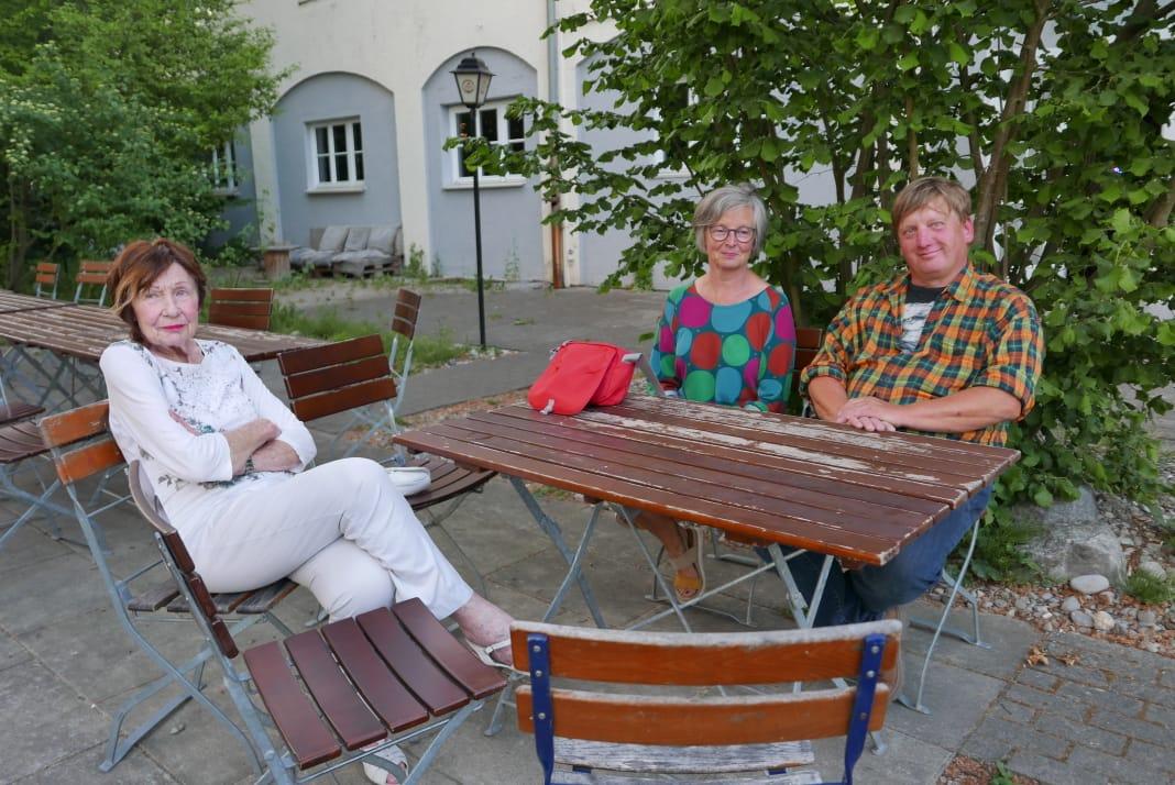 Nach Abschluss der Vernissage im Biergarten des Restaurants Amicus in dem Kulturhaus Caserne