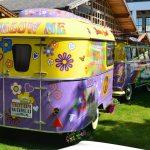"VW Bus T1 Samba mit Wohnwagen ""Follow Me"""