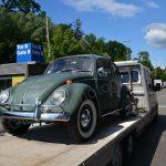 VW Käfer auf Autotransporter vor den Messehallen