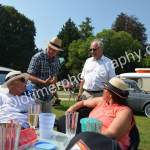 Picknick standesgemäß mit Hut bzw. Sonnenschutz im Schlossgarten von Wolfegg