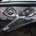 Audi F103 Variant Interieur mit goldfarbenen AUDI-Ringen auf dem Lenkrad