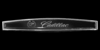 Logo Cadillac DeVille 1970 auf Alu-Mittelteil an der Rückbank