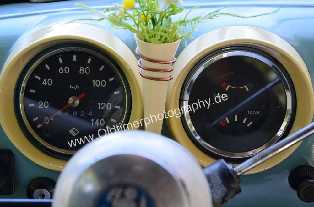 Wartburg 312 mit 2 Rundarmaturen für Tachometer, Benzin, Temperatur usw.