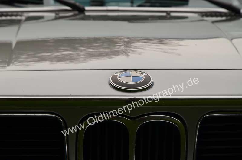 BMW 3.0 CSi BMW-Logo auf nach vorne öffnende Motorhaube