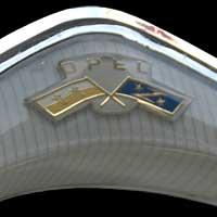 Opel Rekord P2 Logo auf Lenkrad (Bildausschnitt)