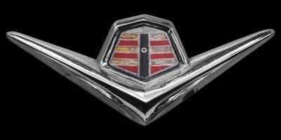 Logo Dodge Coronet auf Motorhaube mit Baujahr 1955