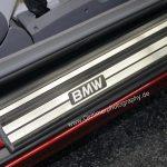 BMW 850i Detailansicht mit BMW-Schriftzug auf der Einstiegsseite