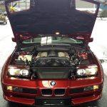 BMW 850i Detailansicht mit aufgeklappter Motorhaube