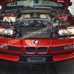 BMW 850i Motorraum mit aufgeklappten Scheinwerfern