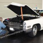 Cadillac De Ville bei Polierarbeiten im Motorraum
