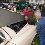 Bentley S2 in Cremeweiß dessen V8 mit ca. 190 PS von den Besuchern bestaunt wird