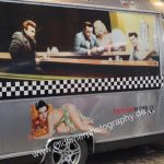 Airstream mit Pin-up Girls und Stars der 60's