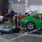 Porsche 911S 2.4 hier werden kleine Spiegel am Boden plaziert um von oben den Unterboden sichtbar zu machen
