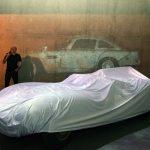 Frozen Cars mit Markus Brenner hinter dem abdecktem Jaguar XKSS