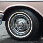 Chevrolet Bel Air 1957 mit Weißwandreifen und verchromten Radkappen als Vollabdeckung