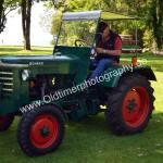 Bührer Traktor beim studieren seiner technische Daten...