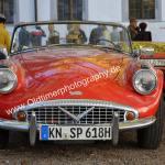 Daimler SP 250 strahlt unter blauem Himmel vor dem Schloß Meßkirch vor sich hin