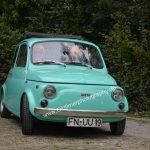 Fiat 500 in mintgrün bei der Einfahrt zum Oldtimertreffen in Kressbronn