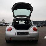 VW New Beetle mit geöffnetem Kofferraum