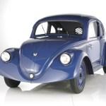 """Motor: Vierzylinder-Boxer, luftgekühlt Hubraum: 985 ccm Leistung: 17 kW / 23,5 PS bei 3000 U/min. Höchstgeschwindigkeit : 100 km/h Nach den erfolgreichen Schwarzwald-Testfahrten mit dem Versuchsmuster V 3 konzipierte das Porsche-Konstruktionsbüro einen VW-Vorserienwagen, von dem 30 Exemplare bei Daimler-Benz in Sindelfingen gebaut wurden. Intern erhielten diese Versuchs-Käfer die Bezeichnung VW 30. Äußerlich unterschieden sie sich vom V 3 durch die Verlegung der Scheinwerfer in die vorderen Kotflügel. Ihr Zweck waren weitere, exzessive Testfahrten quer durch das Deutsche Reich. Porsche beschritt mit seinen umfassenden Material- und Konzepterprobungen Neuland. Denn in der damaligen Automobilindustrie waren derart umfangreiche Vorserien-Erprobungen – ganz im Gegensatz zu den heutigen Gepflogenheiten – keineswegs üblich.Getestet werden sollte vor allem die Standfestigkeit. Schließlich erlaubten es die neuen Autobahnen, die Höchstgeschwindigkeit eines Automobils zugleich als Dauergeschwindigkeit zu fahren. 2,4 Millionen Kilometer wurden so zurückgelegt und genau protokolliert – die Ergebnisse führten schließlich zur endgültigen Version des damals """"KdF-Wagen"""" genannten Automobils.Wie schon die V 3 erlitten auch die VW 30 das Schicksal der Verschrottung. Gleich dem Ur-Käfer musste deshalb auch der VW 30 penibel rekonstruiert werden, um eine Lücke in der Dokumentation der Käfer-Entwicklung füllen zu können."""
