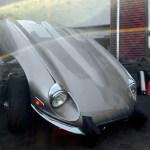 Jaguar E-Type Serie III mit geöffneter Motorhaube und extra goßen Bumpern