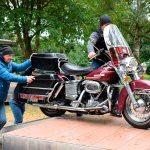 Classic Bikes werden gemeinsam für's große Oldtimertreffen auf die Plattform geschoben