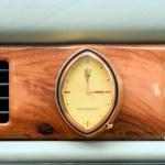 Maserati Quattroporte IV mit ovaler Maserati-Uhr umrahmt von echtem Ulmenholz