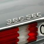 Mercedes-Benz C126 mit 380 SEC-Logo am Heck