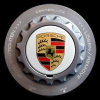 Logo Porsche Abdeckkappe auf 911 GT3 mit weißem Hintergrund auf Schnellverschlusskranz