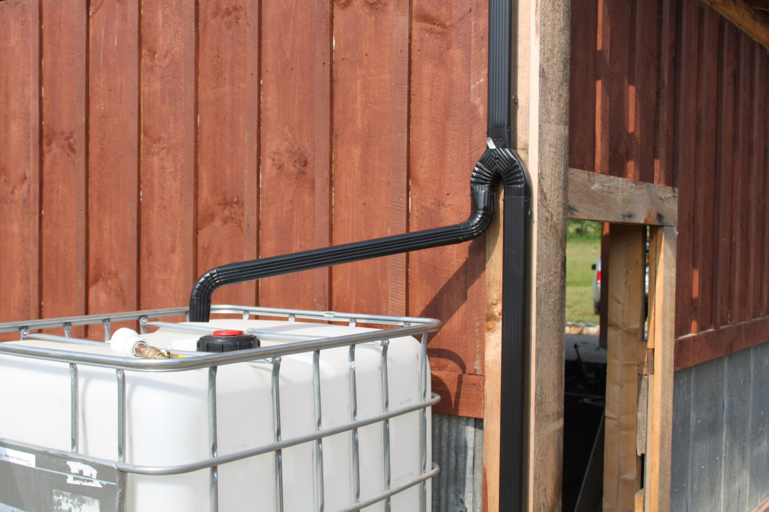 Water Tank Installation : Creating a simple and inexpensive rain water collection