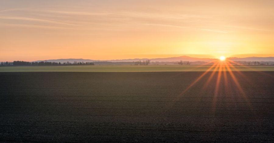 Восход солнца, поле, горы, небо, фото, иллюстрация