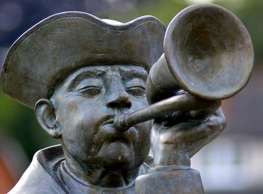 Негромкий голос труб, Ллойд Биггл-младший, однорукий трубач