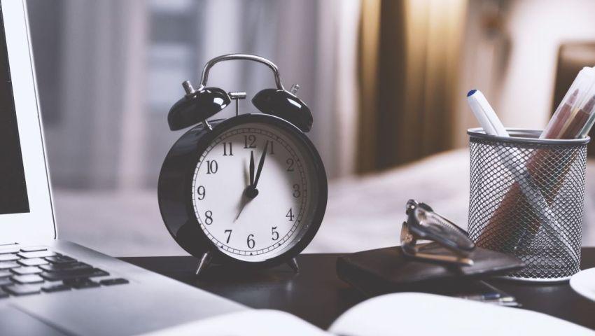 Стол, будильник, ручки, компьютер, писатель