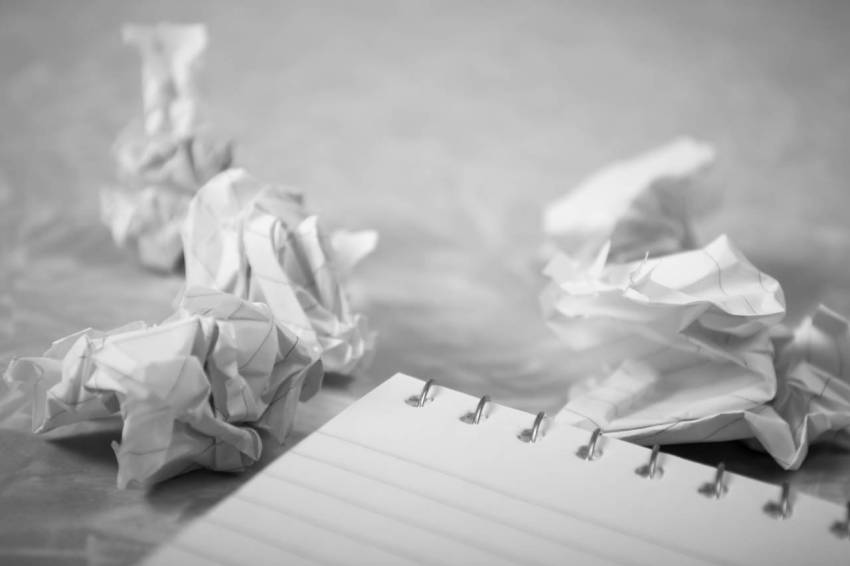 Писательские муки, смятая бумага, корзина, услуги редактора, сколько стоят услуги редактора и корректора, цена редакторской правки текста