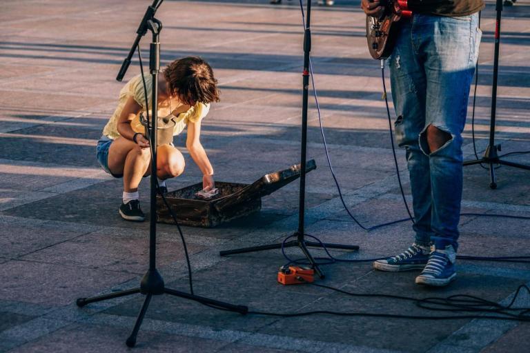 Уличный музыкант, подать, деньги, бедный, сделать добро, счастье