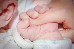 Dedo del bebé agarrando al padre