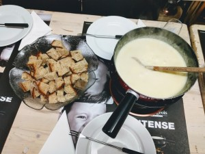 La fondue típica suiza se sirve con pan casero
