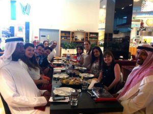 Comiendo con amigos en el Dubai Mall