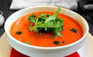 Gazpacho andaluz servido en cuenco con verduras