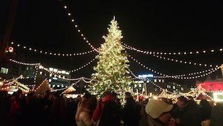 Árbol de Navidad en mercadillo, regalos, Roscón de Reyes