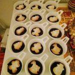 Galletas navideñas sobre natillas de chocolate