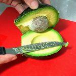 Abriendo el aguacate para el guacamole